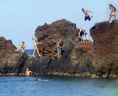 An energetic crowd jumps in at historic Black Rock at Kaanapali Beach near the Sheraton Maui Resort and Spa. Maui Resorts, Vacation Resorts, Hawaii Vacation, Hawaii Travel, Maui Honeymoon, Beach Vacations, Honeymoon Ideas, Kaanapali Maui, Oahu