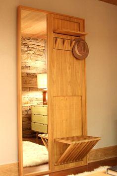 Um ótimo móvel para ter na entrada de casa: espelho, por chapéus ou casacos e banquinho.