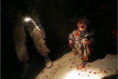 """Esta fue una de las fotos más impactantes de 2005 y fue tomada por Chris Hondros en Irak, quien retrató a Samar Hassan segundos después de que soldados estadounidenses mataran a tiros a sus padres. Los militares abrieron fuego después de que el automóvil conducido por el padre de Samar no se detuvo cuando se acercaba a su patrulla al anochecer. / LA INHUMANIDAD DEL """"SER HUMANO"""""""