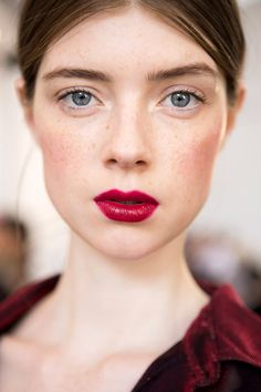 Natural Makeup - 2017 is right around the corner, and you know what that means: a mega wave of fresh makeup trends. Here, the inspiration you need to switch things up! - You only need to know some tricks to achieve a perfect image in a short time. Beauty Make-up, Beauty Hacks, Hair Beauty, Makeup Trends 2017, Beauty Trends, 2017 Makeup, Sexy Make-up, Fresh Makeup, Ingrown Hair
