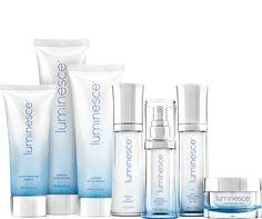 Luminesce riporta vitalità giovanile e luminosità sulla tua pelle. La linea antiage Luminesce ridona alla tua pelle una vitalità e una luminosità giovanile, riduce la comparsa di linee sottili e rughe e ti fa ritrovare il tuo splendore unico.