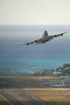 KLM B747 takeoff. High power takeoff from fairly short runway to climb over the mountains.