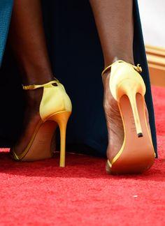 Pin for Later: Erst die richtigen Accessoires brachten den Glanz & Glamour auf den roten Teppich der Emmys Laverne Cox Mit Schuhen von Stuart Weitzman.