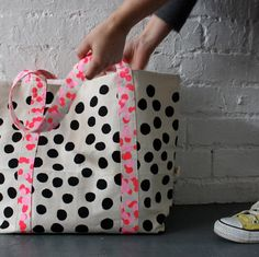 dot spot tote via harvest textiles Sewing Crafts, Sewing Projects, Textiles, Fabric Bags, Casual Bags, Tote Bag, Mode Inspiration, Handmade Bags, Textile Design