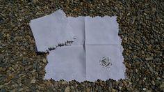 Linnen servetten met open gewerkt monogram.