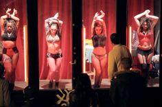 Performance em vitrine vira campanha contra prostituição na Holanda