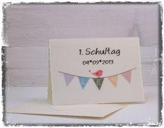 """Aus der Karten -Serie """"Lyrical Card"""" findet Ihr hier die Einschulungs-Edition. Auf dem Deckblatt hüpft ein süßer kleiner Vogel auf der Wimpelkette herum. Die Wimpel sind mit dem individuellen Namen des Schulkinds bedruckt, darübe das Einschulungsdatum. Das Innere der Karte kann auf Wunsch ebenfalls mit Eurem Textwunsch bedruckt werden. Die Karte ist individuell auf sehr festes Transparentpapier gedruckt und mit einer cremeweißen Büttenkarton Faltkarte verstärkt."""