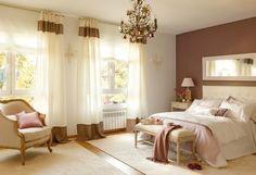 farbgestaltung schlafzimmer wandfarbe braun weiß farbdekoration kristallkronleuchter