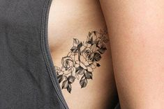 Black Outline Rose Rib Tattoo Ideas for Women - Beautiful Floral Flower Side Tat - ideas del tatuaje de la costilla rosa negra - www.MyBodiArt.com #tattoos
