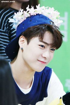 Moon Bin 문빈 || Astro || 1998 || 180cm || Lead Vocal || Lead Dancer