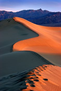 El amanecer, en las retrecheras dunas del Valle de la Muerte. | El valle de la Muerte es una cuenca ubicada al sureste de California, y constituye parte del desierto de Mojave y una pequeña parte del desierto de Sonora.