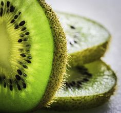 an another fun yummy shot of some great ole kiwi ^_^ Colorful Fruit, Exotic Fruit, Fruit Photography, Product Photography, Yummy Shots, Fruit Plate, Organic Fruit, Photosynthesis