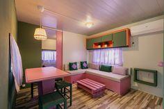 Mobil Homes en alquiler en el camping situado en primera línea de mar, en la Costa Dorada. Cinque Terre, Corner Desk, Furniture, Home Decor, Beach Feet, El Dorado, Corner Table, Decoration Home, Room Decor