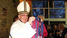 Le Pape François, alors Cardinal, brandit fièrement le maillot de l'équipe de San Lorenzo, le 24 mai 2011.