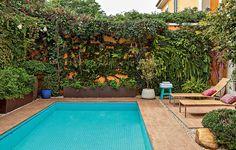 A piscina ocupa quase todo o quintal, mas a moradora fazia questão de ter muitas plantas. Para não atrapalhar a circulação, o paisagista Silvio Sanchez optou pelo jardim vertical. Assim sobra bastante espaço para as espreguiçadeiras