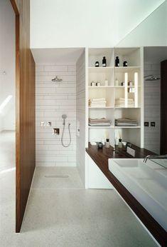 douche italienne moderne à mitigeur encastré et plan vasque en bois