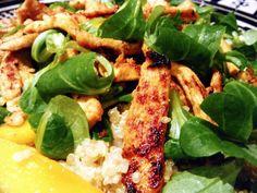 Ensalada de quinoa con pollo, mango y canónigos