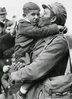 Un niño en brazos de su padre, ambos refugiados, en el instante de cruzar la frontera con Francia.8 de mayo de 1938. Fuente: taringa.net