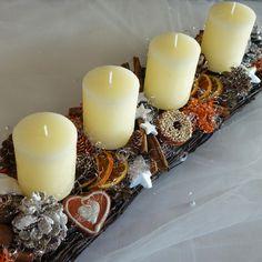 Adventní vánoční parter Velký vánoční parter z proutí, ozdoben svíčkami, sušeným ovocem, perníčky, které jsou umělé, ale dokonalé, kořením... Svíčky jsou vyměnitelné Rozměr : 16 x 50 x 17cm kód 724