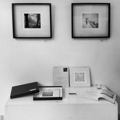 Rincón fotográfico en Artemisia con obras black and white de Guillermo De Angelis