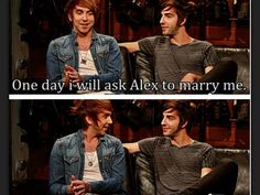 That happy face of Alex *-* and how they look at each other <3