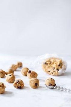 Dit recept voor rauw cookie dough is veilig om te eten en onweerstaanbaar. Vries het koekjesdeeg lekker in zodat alles niet in één keer sneuvelt.