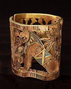 Bracelet ajouré à décor végétal et lion assis - or cloisonné et incrustations de verre Hapouséneb, vizir, 1er prêtre d'Amon et chef des travaux vers 1460 avant J.-C. (18e dynastie)