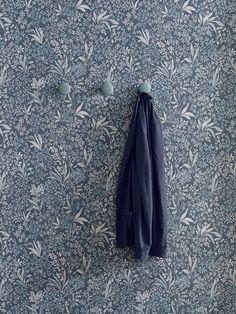 Boråstapeter Sense of Silence Nocturne 6331 Alla Tapeter - Tape Scandinavian Wallpaper, Scandinavian Design, Easy Up, Dark Shades, Nocturne, White Wood, Hand Painted, Floral, House