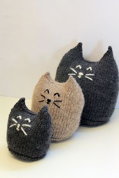 Family Purr Knitting pattern by Claire Slade Meet the Purr family, a cute group of kitties in three different sizes.These cats are super quick and easy to knit, work. Animal Knitting Patterns, Knitting Charts, Loom Knitting, Knitting Stitches, Free Knitting, Baby Knitting, Crochet Patterns, Bead Patterns, Sock Crafts