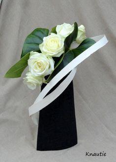 Réalisée en cours d'art floral avec 2 belles feuilles d'anthuriums , 5 roses et des lattes de bois