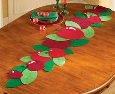 Brighten your home with the vibrant look of apple kitchen decor! Table Runner And Placemats, Burlap Table Runners, Table Runner Pattern, Quilted Table Runners, Felt Diy, Felt Crafts, Diy And Crafts, Apple Kitchen Decor, Apple Decorations