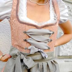 See how to sew your own Oktoberfest Dirndl with improved corselet shape. Also great for Halloween! (In German)