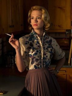 Hairstyles for Women Love her blouse. January Jones as Betty Draper was stunning.Love her blouse. January Jones as Betty Draper was stunning. Betty Draper, Mad Men Fashion, New Fashion Trends, Vintage Fashion, Fashion Tv, Fashion Stores, Fashion Hair, Asian Fashion, Fashion Photo