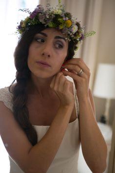 recogido informal hacia un lado con una corona de flores que le aporta un toque desenfadado