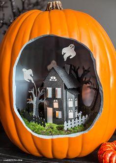 Diorama de casa embrujada con una calabaza para decoración de fiesta halloween como centro de mesa. #DecoracionHalloween