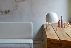 Rievoca l'eterea luminescenza delle meduse la nuova table lamp per il brand veneto Foscarini