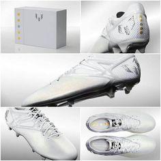 Los botines especiales de Lionel Messi para conmemorar su 5th Balón de Oro. Lleva un escrito en la parte interior del Botin: El más grande de todos los tiempos.
