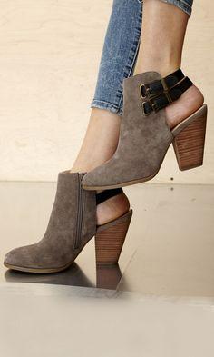 Estas son unas hermosas botas de tacon ancho bajo. Color; Tonos de marron.