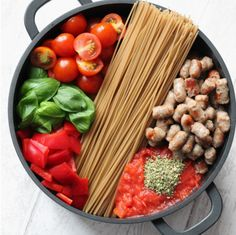 Saucisses, sauce tomate, tomates basilic