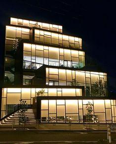 """@toshy129 on Instagram: """"#カシヤマダイカンヤマ KASHIYAMA DAIKANYAMA 渋谷区代官山町14-18 2019年竣工 #nendo #onndo  微妙にずれて重なり合う9つの小箱からなる""""丘""""のようなイメージで設計されている。  #設計 #建築 #建築探訪 #建築巡り #建築デザイン…"""" Office Building Architecture, Building Facade, Modern Architecture House, Architecture Office, Facade Architecture, Facade Design, Exterior Design, Architectural Lighting Design, Facade Lighting"""