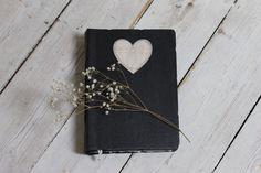 Schwarze Hochzeit Gästebuch mit hölzernen Herz von LotusBluBookArt