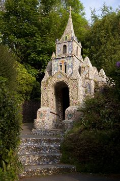 The Little Chapel - from Visit Guernsey.The smallest chapel in the world Church Architecture, Beautiful Architecture, Beautiful Buildings, Cathedral Church, Old Churches, Chapelle, Place Of Worship, Kirchen, Abandoned Places