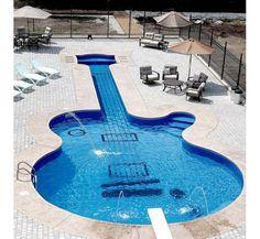 Empresa canadense constrói piscina em forma de guitarra