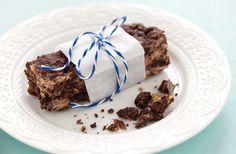 Barrette ai cereali con cioccolato e uva passa ricetta