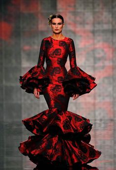 Spain Fashion Week 2015 Vicky Martin Berrocal during the International Flamenco Fashion Show SIMOF in the Andalusian capital of Seville Spain Fashion, Fashion Mode, Fashion Beauty, Fashion Show, Red Fashion, Red Dress Day, Dress Up, Flamenco Dancers, Flamenco Dresses