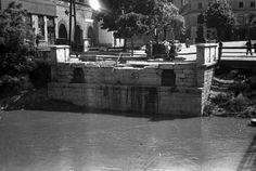 az 1945 márciusában felrobbantott Rába Kettős híd hídfője az ideiglenes fahídról nézve. Szemben a Bécsi kapu tér.