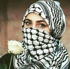 جميلة انت🌸 گ وردة جوريةة خمريةة، ملفوفةة بكوفيةة، مغسولةة بتراب القدس، ومعلقةة بعنق شهيد من الامةة الثوريةة😍 Israel Palestine Conflict, Arab Swag, Attractive Eyes, Muslim Beauty, Lovely Eyes, Army Love, Arabic Love Quotes, Beautiful Hijab, Niqab