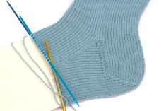 ▷ Knit triangular scarf with decorative lace edge – Vicky scarf – socken stricken Easy Knitting, Knitting For Beginners, Knitting Patterns Free, Crochet Hooks, Crochet Baby, Knit Crochet, Knitted Headband, Knitted Hats, Jennifer Wood