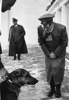 1 stycznia 1940 r. Adolf Hitler i jego pies Wolf na tarasie Berghof na początku stycznia 1940 r. Z albumów Evy Braun