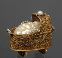 Percorsi - Anna Maria Luisa de' Medici, Elettrice Palatina - Culla con bambino - 1695 circa - Orafo olandese (Amsterdam) -  Oro, smalti, diamanti, perle e seta - Museo degli Argenti